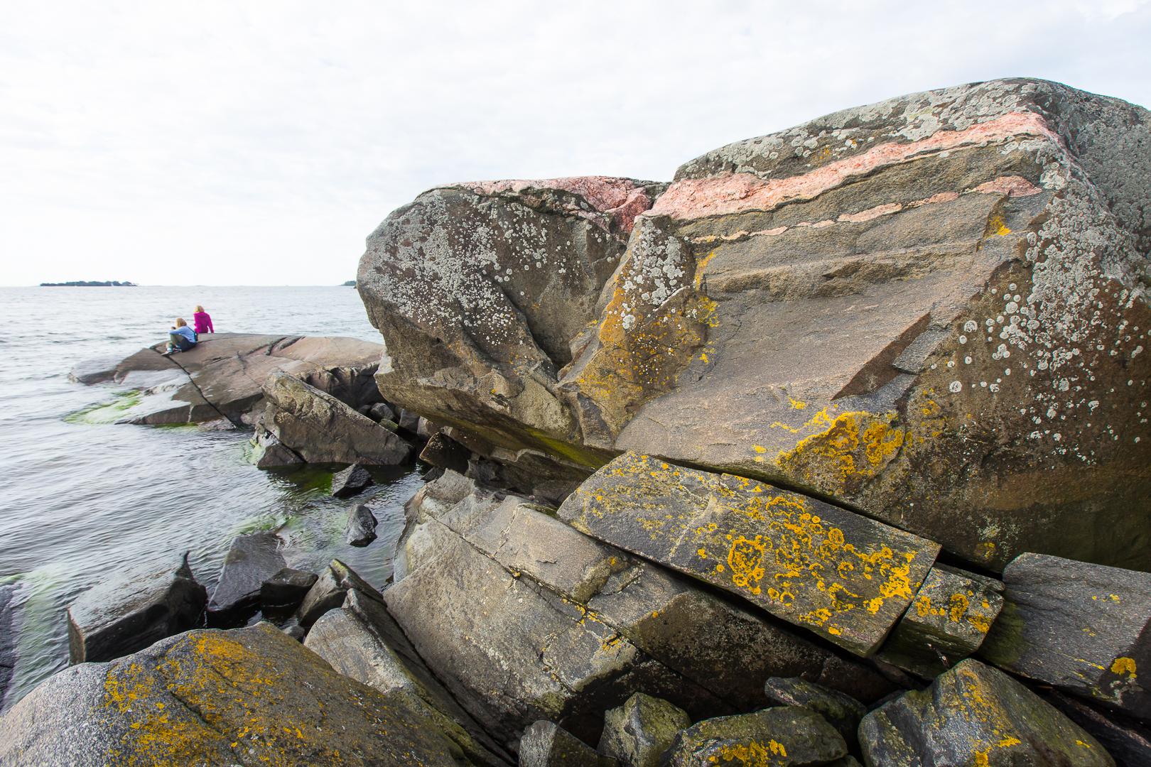 Retkeilijät Skatanniemen kärjessä, kuva Teemu Saloriutta